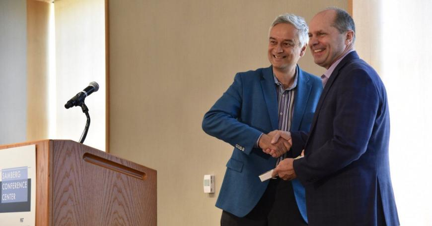 Chris Caplice (right) receives the MITx Prize for Teaching and Learning with MOOCs from Krishna Rajagopal in 2018.